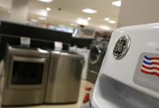 Le département américain de la Justice a rejeté une proposition de cession d'actifs soumise par Electrolux dans le cadre du projet de rachat de la division électroménager de General Electric pour 3,3 milliards de dollars (3 milliards d'euros). /Photo d'archives/REUTERS/Jim Young