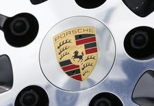 Volkswagen a rappelé vendredi 58.881 modèles Porsche dans le monde entier en raison d'un risque de fuite dans le circuit d'alimentation carburant basse pression du compartiment moteur. VW a précisé que cette mesure était prise par pure précaution et ajouté que seuls des moteurs à essence étaient concernés. /Photo prise le 13 mai 2015/REUTERS/Ralph Orlowski