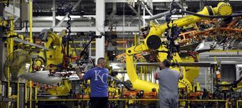 La croissance de l'activité dans le secteur manufacturier s'est accélérée en octobre aux Etats-Unis, selon l'enquête mensuelle de l'institut Markit. L'indice PMI manufacturier a progressé le mois dernier à 54,1 en version définitive, contre 53,1 en septembre. Le résultat définitif d'octobre est légèrement supérieur à une première estimation qui était à 54,0. /Photo prise le 5 mai 2015/REUTERS/Dave Kaup