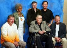 """Imagen de archivo del elenco original de la serie Star Trek en una convención en Hollywood, ago 29, 2004. La serie de ciencia ficción """"Star Trek"""" regresa a la televisión en una versión con nuevos personajes y civilizaciones extraterrestres que será lanzada en enero del 2017, dijo el lunes el canal estadounidense CBS.     REUTERS/Gene Blevins/Files"""