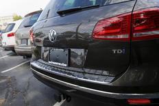 L'agence américaine de protection de l'Environnement (EPA) a élargi le champ de son enquête sur les émissions polluantes des véhicules diesels du groupe Volkwagen. L'enquête a été élargie à des modèles de 2014 à 2016 des marques Volkswagen, Porsche et Audi équipés de moteurs diesels de 3,0 litres, dont le Volkswagen Touareg, la Porsche Cayenne et différents modèles Quattro d'Audi. /Photo prise le 21 septembre 2015/REUTERS/Shannon Stapleton