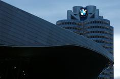 BMW fait état d'une progression inattendue de son résultat d'exploitation du 3e trimestre, les ventes soutenues du constructeur automobile allemand en Europe ayant plus que compensé une faiblesse de la demande en Chine. Le numéro un mondial du haut de gamme a dégagé un bénéfice opérationnel en hausse de 4,3%, à 2,354 milliards d'euros, niveau supérieur à la prévision la plus optimiste des analystes financiers qui avaient anticipé en moyenne un recul de 6,2%. /Photo prise le 17 mars 2015/REUTERS/Michaela Rehle