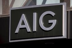 Логотип AIG на здании в деловом квартале Нью-Йорка. 19 марта 2015 года. Квартальная операционная прибыль компании American International Group (AIG) упала на фоне снижения дохода практически во всех страховых бизнесах, связанных с размещением ценных бумаг, и уменьшения инвестиций, вызванного беспокойством на рынках. REUTERS/Brendan McDermid