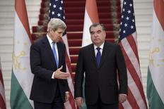 Госсекретарь США Джон Керри протягивает руку президенту Таджикистана Эмомали Рахмону на встрече в Душанбе. 3 ноября 2015 года. Госсекретарь США Джон Керри заверил лидеров стран Центральной Азии в том, что Вашингтон продолжает уделять пристальное внимание вопросам безопасности в регионе, несмотря на вывод своих войск из соседнего Афганистана. REUTERS/Brendan Smialowski/Pool