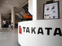 La sécurité routière américaine a imposé une amende qui pourrait aller jusqu'à 200 millions de dollars (182,5 millions d'euros) au fournisseur d'airbags japonais Takata et lui a ordonné d'arrêter de fabriquer des déclencheurs d'airbags contenant du nitrate d'ammonium. /Photo prise le 25 juin 2015/REUTERS/Yuya Shino