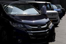 Honda Motor a légèrement relevé sa prévision de chiffre d'affaires annuel, après avoir publié un bénéfice net trimestriel en hausse de 6,9%, grâce à de fortes ventes réalisées en Amérique du Nord. Honda compte vendre 1,91 million de véhicules en Amérique du Nord sur l'exercice 2015-2016 clos le 31 mars prochain au lieu de 1,89 million précédemment anticipés. /Photo prise le 31 juillet 2015/REUTERS/Yuya Shino