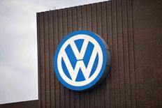 El logo de Volkswagen en una planta eléctrica de sus instalaciones de Wolfsburgo, Alemania,  el 22 de septiembre de 2015. Los inversores restaron el miércoles otros 3.000 millones de euros en valor de mercado a Volkswagen, luego de que la firma alemana admitió haber exagerado el ahorro de combustible de algunos de sus autos, abriendo un nuevo frente en el escándalo centrado al inicio en la manipulación de pruebas de emisiones. REUTERS/Axel Schmidt