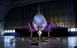 Lockheed Martin est l'une des valeurs à suivre à Wall Street après que le constructeur aéronautique a remporté un contrat provisoire de 5,37 milliards de dollars au plus pour la livraison d'une neuvième série de 55 avions de combat F-35 (photo) destinés l'armée américaine et à ses alliés. /Photo prise le 28 octobre 2015/REUTERS/Gary Cameron
