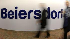Le groupe allemand Beiersdorf, satisfait de l'accueil réservé au nouveau rasoir pour femmes qu'il a lancé à petite échelle, prévoit de se développer dans ce nouveau segment largement dominé pour l'heure par la marque Gillette de l'américain Procter & Gamble. /Photo d'archives/REUTERS/Fabian Bimmer
