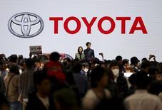 Стенд Toyota Motor Corp на автосалоне в Токио. 2 ноября 2015 года. Toyota Motor Corp снизила годовой прогноз продаж по причине неопределенности на развивающихся рынках, несмотря на 26-процентный рост операционной прибыли во втором квартале, обусловленный сокращением расходов и снижением курса иены. REUTERS/Issei Kato