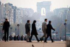 La Commission européenne a revu en baisse mercredi ses prévisions de croissance pour la France l'an prochain et ne prévoit pas de baisse du chômage avant 2017. Dans ses prévisions d'automne publiées jeudi, elle ne table plus que sur 1,4% de croissance en 2016 en France, là où elle attendait 1,7% au printemps dernier, après 1,1% (chiffre inchangé) cette année. /Photo d'archives/REUTERS/Charles Platiau