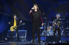 """The Rolling Stones lead singer Mick Jagger performs in front of bandmates Ron Wood (L) and Keith Richards during a concert on their North American """"Zip Code"""" tour in Nashville, Tennessee June 17, 2015.  REUTERS/Ron Modra"""