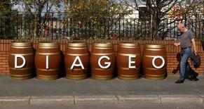 Un hombre camina junto a unos barriles con el nombre de la compañía Diageo, cerca de Glasglow, Escocia, 26 de agosto de 2010. Diageo Plc, el mayor productor mundial de bebidas alcohólicas, informó el jueves que vendió su negocio de vino en Argentina a Grupo Peñaflor por un monto que no se especificó. REUTERS/David Moir