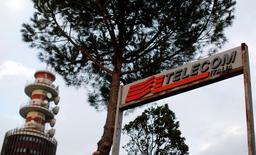 Le conseil d'administration de Telecom Italia a donné jeudi son feu vert à une opération de conversion d'actions qui permettra de générer de la trésorerie et potentiellement de diluer les participations des deux actionnaires français de l'ex-monopole italien des télécommunications. /Photo d'archives/REUTERS/Alessandro Bianchi