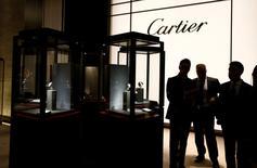 Richemont, propriétaire de Cartier notamment, anticipe un second semestre difficile après une croissance moindre que prévu de son bénéfice net au premier semestre et une nouvelle dégradation de la demande en octobre. Son bénéfice net a augmenté de 22% à 1,103 milliard d'euros au premier semestre clos fin septembre. /Photo d'archives/REUTERS/Denis Balibouse