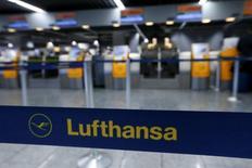 Lufthansa a annulé des centaines de vols vendredi en raison d'un mouvement social qui affecte les départs à partir des aéroports de Francfort et de Düsseldorf. La compagnie allemande dit avoir annulé 290 vols prévus pour vendredi, dont 15 vols long-courrier. /Photo prise le 6  novembre 2015/REUTERS/Ralph Orlowski