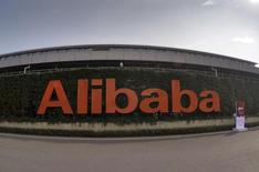 El logo de Alibaba Group fotografiado en su sede en Hangzhou, China, 14 de octubre de 2015. La gigante minorista Alibaba acordó comprar al servicio de transmisión de videos por Internet Youku Tudou, conocido como el YouTube chino, por un monto cercano a los 3.670 millones de dólares, levemente por encima del valor que ofreció en octubre. REUTERS/Stringer CHINA OUT/files