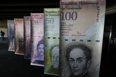 Muestras de diversos billetes venezolanos en exhibición en el edificio del Banco Central en Caracas, feb 10, 2015. Venezuela retiró en octubre 467 millones de dólares de sus ahorros en el Fondo Monetario Internacional (FMI), según datos del organismo, en la tercera operación de ese tipo este año cuando el país sufre una recesión económica tras la caída de sus ingresos petroleros.  REUTERS/Jorge Silva