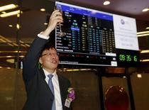 Le président de CICC, Ding Xuedong. China International Capital Corp (CICC) a réussi son entrée en Bourse de Hong Kong lundi, les investisseurs ayant volontiers acheté des titres de la plus ancienne banque d'investissement chinoise malgré les remous boursiers de l'été dernier. L'action CICC a terminé à 11,02 dollars de Hong Kong, soit un gain de plus de 7% par rapport à son prix d'IPO de 10,28 dollars.  /Photo prise le 9 novembre 2015/REUTERS/Bobby Yip