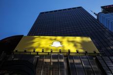 Le nombre de vidéos vues chaque jour sur Snapchat a triplé depuis le mois mai pour atteindre la barre de six milliards, permettant à l'application de partage de photos et de vidéos de se rapprocher de l'audience générée par le premier réseau social mondial Facebook, selon le Financial Times qui cite des sources proches de la société. /Photo d'archives/REUTERS/Lucas Jackson