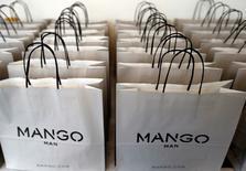 La chaîne espagnole de prêt-à-porter Mango fermera au début de l'année prochaine 450 points de vente aux Etats-Unis après l'expiration d'un contrat de cinq ans avec la chaîne de grands magasins J.C. Penney. Ils ne représentaient que 0,5% des ventes mondiales de l'enseigne. /Photo prise le 5 octobre 2015/REUTERS/Régis Duvignau