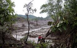 Equipe de resgate em área tomada pela lama de barragens da Samarco que romperam.  08/11/2015   REUTERS/Ricardo Moraes
