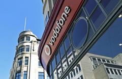 Un cartel de Vodafone en el exterior de una tienda en Londres. La firma británica de telecomunicaciones Vodafone reportó el martes de una aceleración mayor que lo esperada en el crecimiento de los ingresos en su segundo trimestre fiscal, lo que la ayudó a volver a la expansión de sus ganancias en el primer semestre y a elevar sus expectativas para el año a la parte más alta de su rango de previsiones. REUTERS/Toby Melville