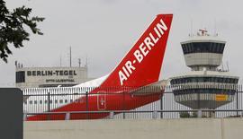 Air Berlin a annoncé une hausse de son bénéfice d'exploitation au troisième trimestre, ayant tiré parti comme d'autres compagnies aériennes d'une forte demande de voyages et d'une baisse des prix du kérosène. /Photo d'archives/REUTERS/Fabrizio Bensch