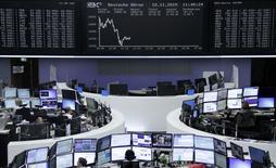 Operadores trabajando en la Bolsa de Fráncfort, 10 de noviembre de 2015. Las bolsas europeas subían el miércoles, impulsadas por una serie de resultados empresariales que fueron bien recibidos, y la firma de bebidas Carlsberg repuntaba después de que su nueva directiva delineó sus planes de reestructuración. REUTERS/Staff/remote