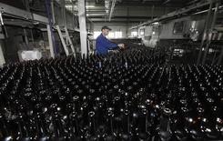 """Рабочий на заводе Carlsberg """"Балтика-Пикра"""" в Красноярске 10 января 2013 года. Carlsberg снизит производство в России, но больше не планирует закрыть заводы, сообщил глава пивоваренной компании в среду. REUTERS/Ilya Naymushin"""