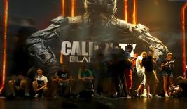 "Visitors queue to play the video game ""Call Of Duty: Black Ops III"" during the Gamescom fair in Cologne, Germany August 6, 2015. REUTERS/Kai Pfaffenbach"