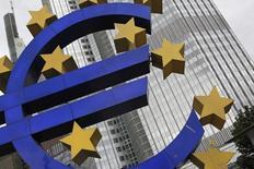 Una estructura con el símbolo del euro frente a la sede del BCE en Fráncfort el 11 de julio de 2012. El Banco Central Europeo no ve un impacto directo significativo para la zona euro por una eventual alza de las tasas de interés en Estados Unidos el mes próximo, dijo el vicepresidente de la entidad, Vitor Constancio. REUTERS/Alex Domanski