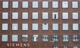 Siemens prévoit une croissance de 14% au moins de son bénéfice par action durant l'exercice en cours sur une base comparable, à 5,90-6,20 euros. Le bénéfice par action de l'exercice clos fin septembre dernier a profité de la cession des activités du groupe dans les aides auditives et l'électroménager.  /Photo d'archives/REUTERS/Hannibal