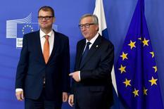 """Le président de la Commission européenne Jean-Claude Juncker (à droite) et le Premier ministre finlandais Juha Sipila, à Bruxelles. La Finlande, qui fut l'un des pays européens les plus critiques à l'encontre de la Grèce durant la crise de la dette, se retrouve aujourd'hui confrontée à de graves difficultés économiques qui ont conduit son ministre des Finances à la qualifier de nouvel """"homme malade de l'Europe"""". Helsinki tente de sortir de trois ans de récession. /Photo prise le 23 septembre 2015/REUTERS/Eric Vidal"""