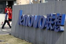 Lenovo enregistre la plus lourde perte trimestrielle de son histoire sur la période juillet-septembre, affecté par des coûts d'acquisition et de restructuration dans un contexte de demande morose sur le marché des PC et des smartphones.  /Photo d'archives/REUTERS/Jason Lee
