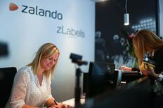Zalando, qui a vu ses ventes accélérer au troisième trimestre, profitant notamment de l'ajout de nouvelles marques à son catalogue, vise désormais un chiffre d'affaires de près de trois milliards d'euros pour l'ensemble de l'année. /Photo d'archives/REUTERS/Hannibal Hanschke