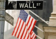 La Bourse de New York a ouvert dans le rouge jeudi après l'annonce d'inscriptions au chômage stables la semaine dernière aux Etats-Unis. L'indice Dow Jones perd 0,78% à 17.563,45 points dans les premiers échanges. Le Standard & Poor's 500, plus large, cède 0,61% et le Nasdaq Composite recule de 0,59%. /Photo d'archives/REUTERS/Lucas Jackson