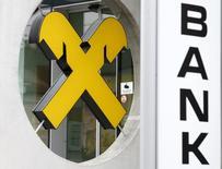 Логотип Raiffeisen в отделении банка в автрийском городе Бокфлис. 19 августа 2015 года. Австрийский Raiffeisen Bank International отчитался о неожиданной чистой прибыли в третьем квартале и предсказал схожие результаты по итогам 2015 года, поскольку большая часть затрат, связанных с запланированной реструктуризацией, будет отражена в балансе после Нового года. REUTERS/Heinz-Peter Bader