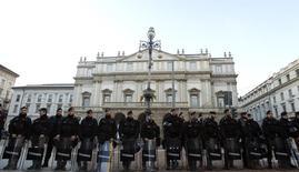 Policiais protegem a frente do teatro La Scala, em Milão, na Itália, no ano passado. 07/12/2014 REUTERS/Alessandro Garofalo