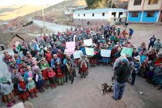 esidentes parados en una calle durante una protesta contra la mina Las Bambas en Apurimac, 29 de septiembre de 2015. Perú empezó a aplicar la ley que otorga a los indígenas el derecho a ser consultados sobre los proyectos del clave sector minero, un cambio a su posición previa dirigido a evitar potenciales demandas, dijo el jueves el Gobierno. REUTERS/ El Comercio. PARA FUERA DE PERÚ, PROHIBIDO SU USO COMERCIAL O VENTAS EDITORIALES EN PERÚ