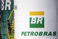 Funcionário pinta um tanque da Petrobras em Brasília, em setembro. 30/09/2015 REUTERS/Ueslei Marcelino