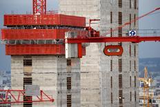 Bouygues fait état d'une baisse de 3% de son chiffre d'affaires au troisième trimestre imputable notamment à la faiblesse de l'activité dans le bâtiment en France. /Photo prise le 22 octobre 2015/REUTERS/Benoit Tessier