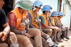 Unos trabajadores de la compañía Aurelsa tomando una pausa en su jornada cerca de Relave, Perú, feb 20, 2014. La actividad económica de Perú creció un 2,95 por ciento interanual en septiembre, menos de lo esperado por analistas, dijo el viernes el Gobierno, impulsada principalmente por el clave sector minero.   REUTERS/ Enrique Castro-Mendivil