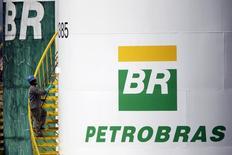 Trabalhador pinta tanque da Petrobras em Brasília. 30/9/2015 REUTERS/Ueslei Marcelino