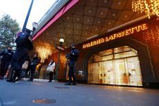 Patrouille de police devant les Galeries Lafayette, fermées. L'hôtellerie et le luxe devraient pâtir d'une chute du tourisme en France après la série d'attentats terroristes sans précédent survenue vendredi soir à Paris. /Photo prise le 14 novembre 2015/REUTERS/Yves Herman
