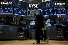 Les investisseurs vont être confrontés dans les semaines à venir à une possible première hausse des taux de la Réserve fédérale depuis près de 10 ans et à un éventuel premier recul des bénéfices des entreprises composant le S&P 500 depuis le troisième trimestre 2009. /Photo prise le 19 octobre 2015/REUTERS/Brendan McDermid
