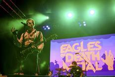 Foto de archivo de la banda Eagles of Death Metal, durante una presentación en Los Ángeles, California, 25 de octubre de 2014. Los músicos de la banda de rock californiana Eagles of Death Metal salieron ilesos del letal ataque terrorista en una sala de conciertos de París, pero un miembro de su equipo murió en el atentado, dijeron sus familiares el sábado. REUTERS/Alex Matthews