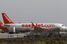 La compagnie aérienne easyJet affiche un bénéfice annuel en hausse de 18%, dopé par la demande soutenue de billets d'avions pour les vacances d'été. /Photo prise le 7 novembre 2015/REUTERS/Yiannis Kourtoglou