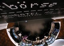 Les Bourses européennes progressent vivement mardi à la mi-séance. À Paris, le CAC 40 s'adjuge 2,39% à 4.919,76 points vers 11h40 GMT. À Francfort, le Dax prend 1,93% et à Londres, le FTSE gagne 1,94%. /Photo d'archives/REUTERS/Ralph Orlowski