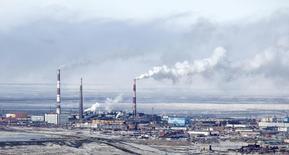 Завод Норильского Никеля в Норильске 16 апреля 2010 года. Российская промышленность в октябре 2015 года снизила объем производства на 3,6 процента в годовом выражении, в то время как аналитики ожидали сокращения на 4,1 процента. REUTERS/Ilya Naymushin